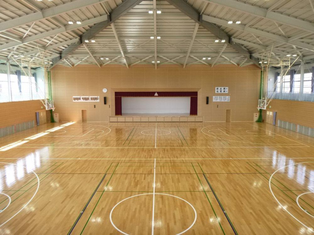 竜北中学校体育館内部